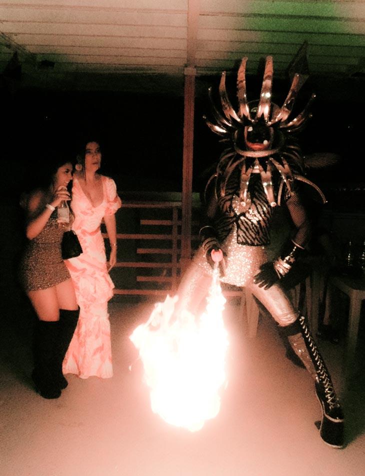 mujer-lanzallamas-arte-espectaculo-rumba-discoteca-ambiente